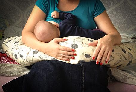Кормление ребёнка с подушкой для беременных