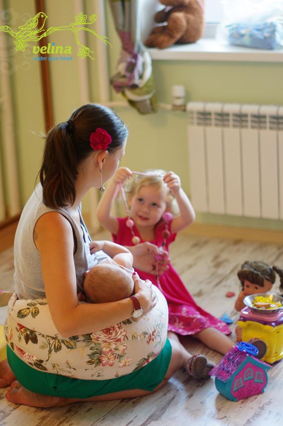 Игра со старшим ребёнком с подушкой для кормления Velina
